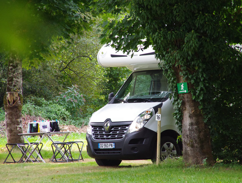 Camping-car Renault au camping Le Clupeau