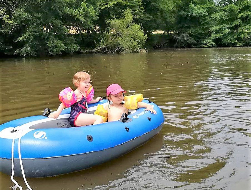 enfants dans un bateau gonflable sur l'Auvézère