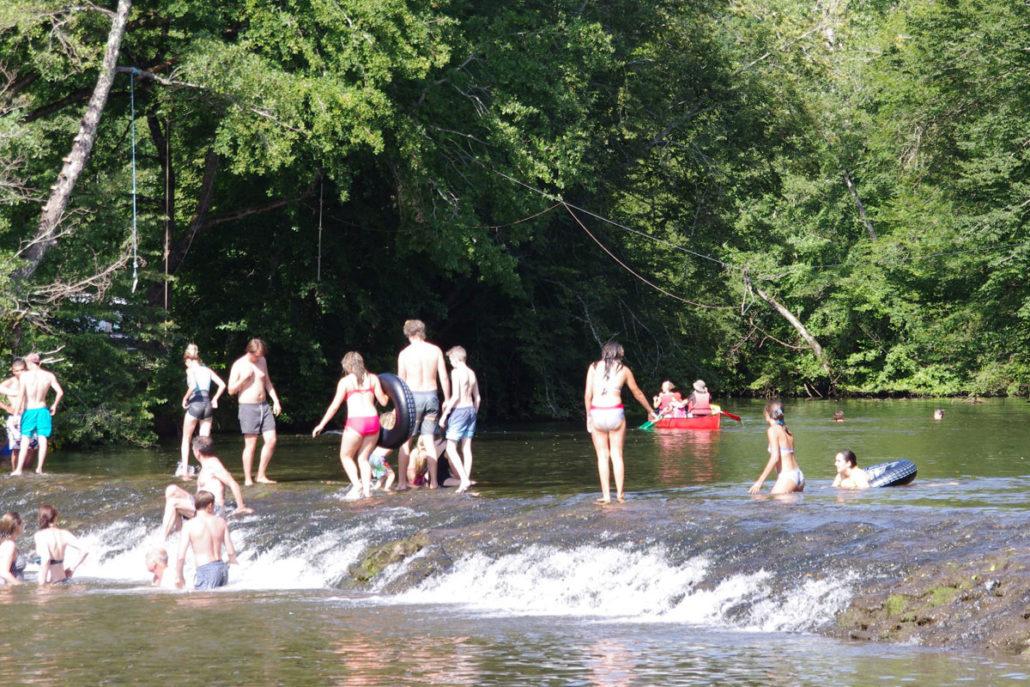 Campeurs entrain de profiter de la rivière l'Auvézère