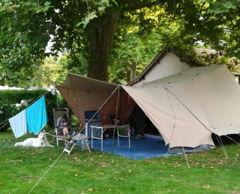 Grande toile de tente installée sur le terrain du camping