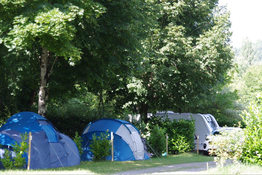Toiles de tente bleues au camping Le Clupeau