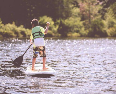 Enfant entrain de faire du paddle