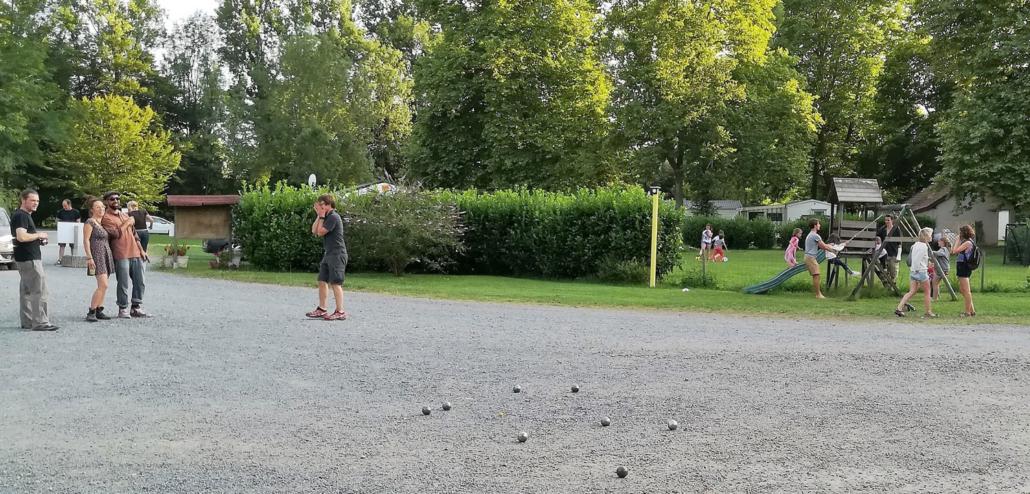 Campeurs entrain de jouer à la pétanque au Clupeau