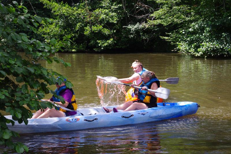 Bataille d'eau en canoë