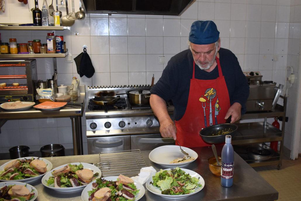 Chef Philippe entrain de cuisiner des plats périgourdins au camping