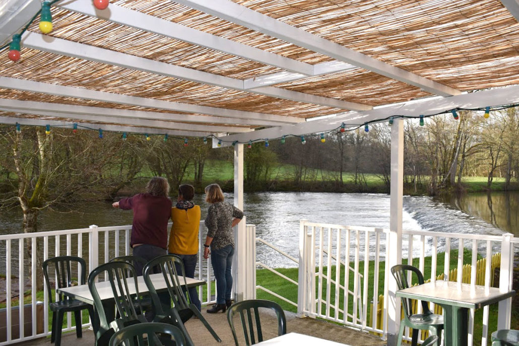 Terrasse donnant sur la rivière l'Auvézère