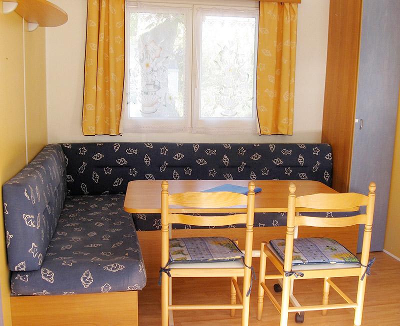 Canapé table à manger d'un mobil-home 2 chambres