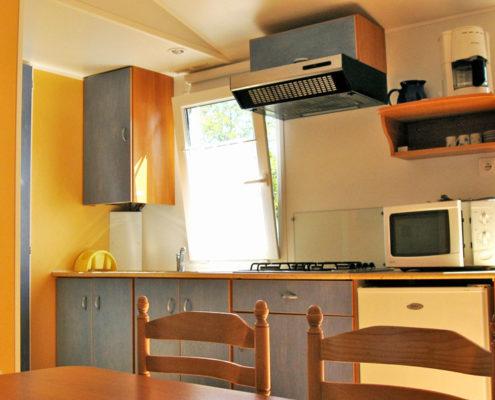 Kitchenette d'un mobil-home 2 chambres